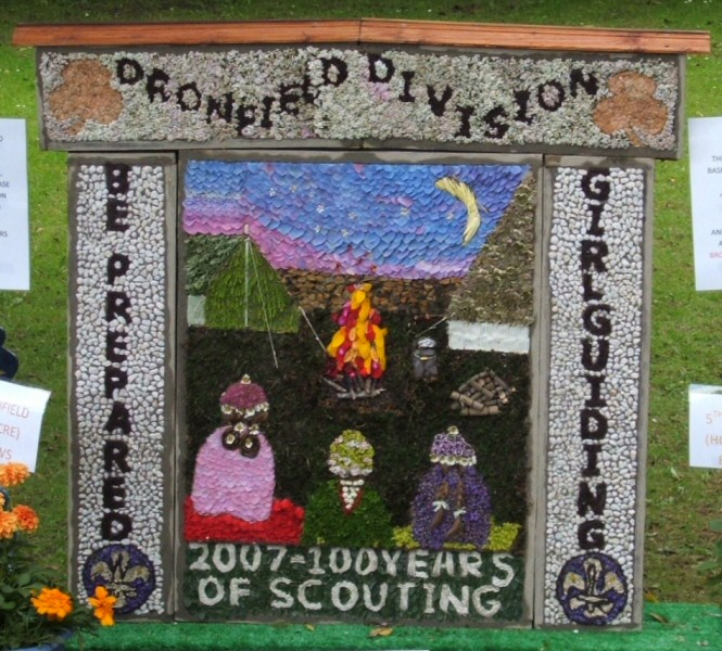 Dronfield Woodhouse 2007 - Rainbows, Brownies & Guides Well Dressing