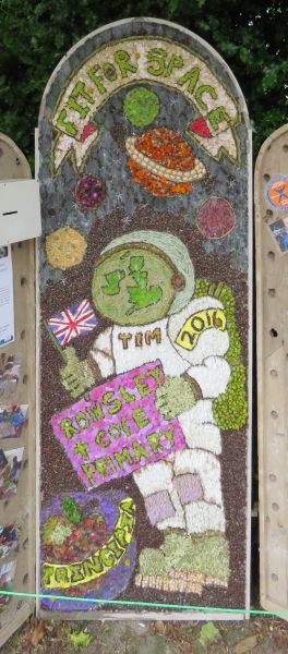 Rowsley 2016 - Primary School Well Dressing